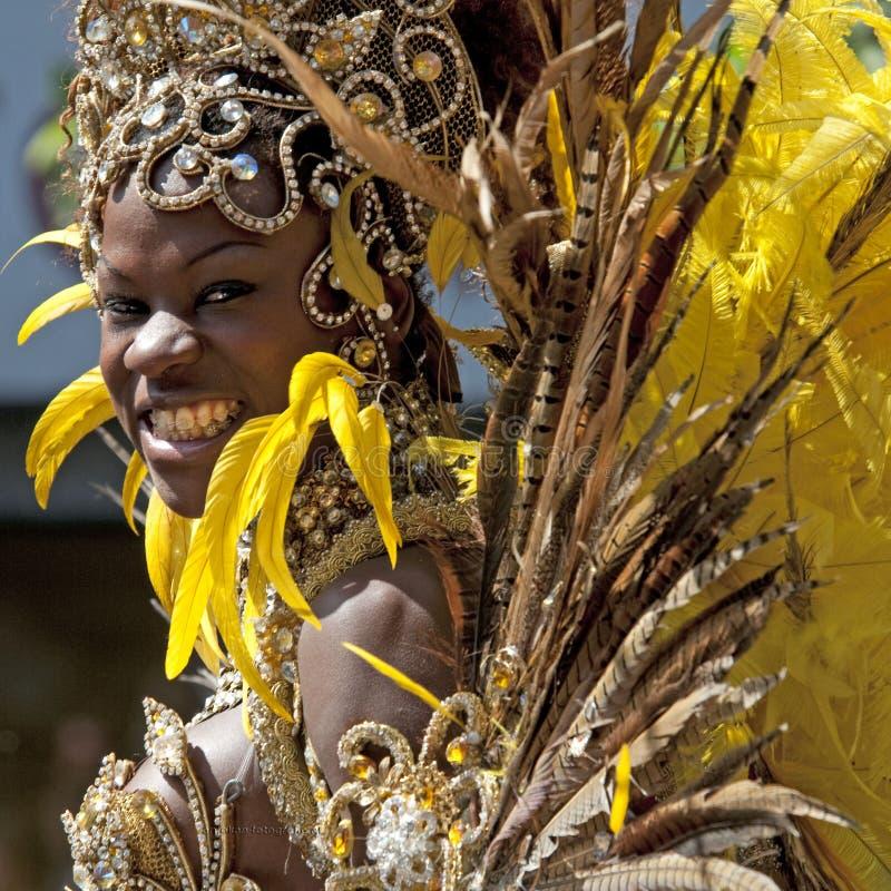 Μια γυναίκα που παρουσιάζει φτερά της στοκ φωτογραφία