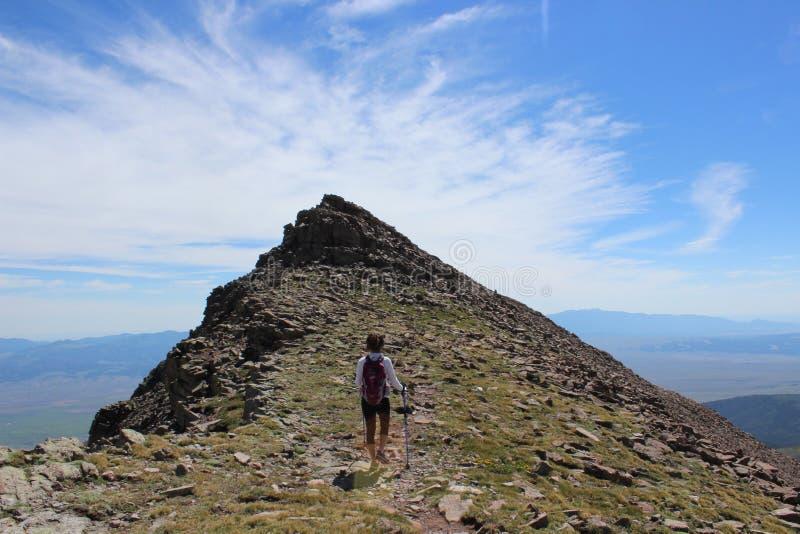 Μια γυναίκα που στη σύνοδο κορυφής της αιχμής Humboldt, Sangre de Cristo σειρά βουνά του Κολοράντο δύσ&ka στοκ εικόνα με δικαίωμα ελεύθερης χρήσης