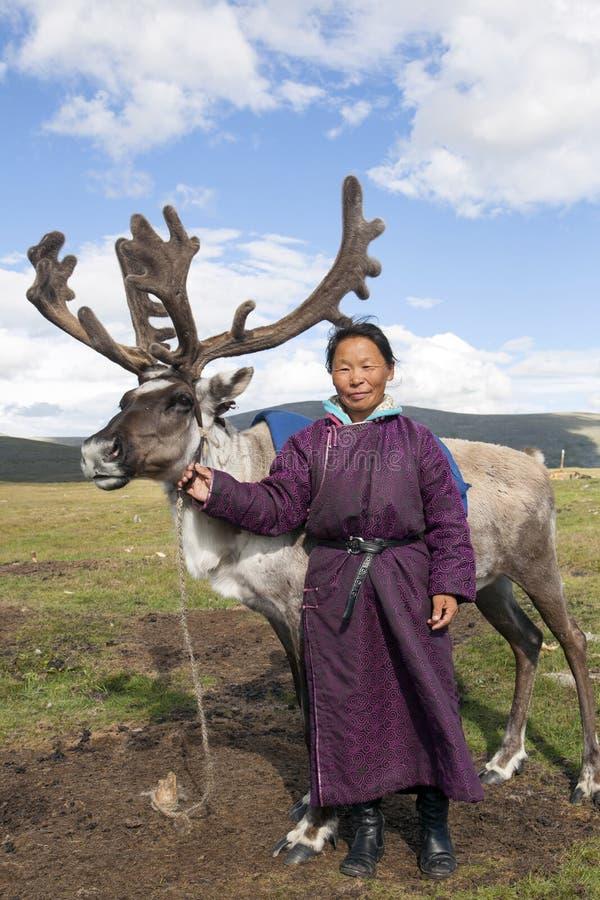 Μια γυναίκα Dukha στέκεται με τον τάρανδο στη βόρεια Μογγολία στοκ φωτογραφία με δικαίωμα ελεύθερης χρήσης