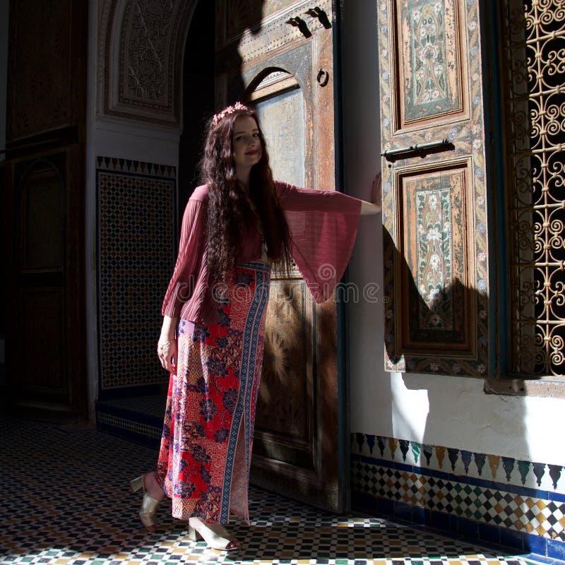 Μια γυναικεία τοποθέτηση στο Μαρακές στοκ φωτογραφία με δικαίωμα ελεύθερης χρήσης