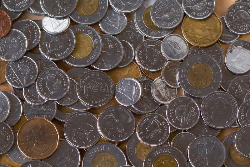 Μια δέσμη των χρημάτων διασκόρπισε πέρα από την επιτραπέζια κορυφή στοκ εικόνα