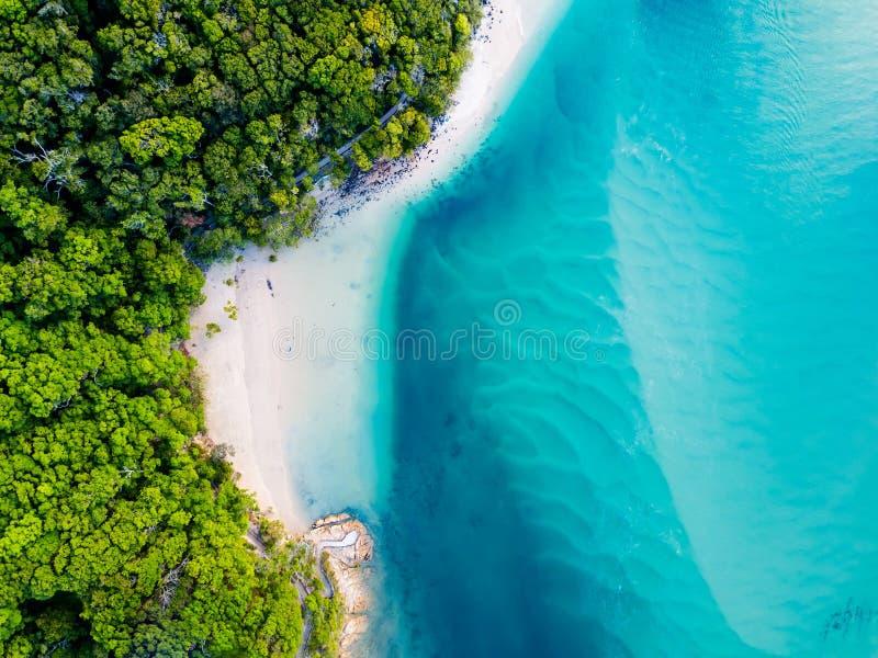 Μια δονούμενη εναέρια άποψη της παραλίας με το μπλε νερό στοκ φωτογραφία με δικαίωμα ελεύθερης χρήσης