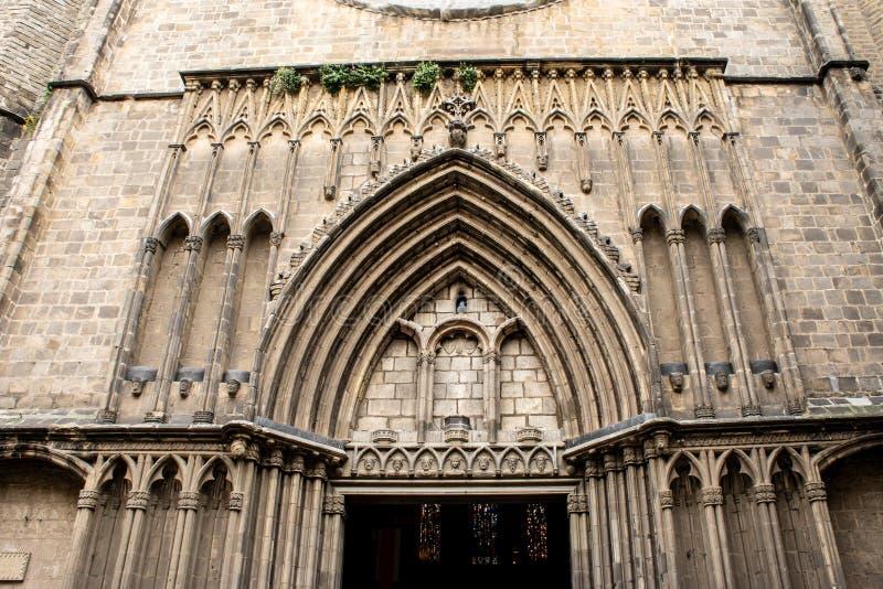 Μια είσοδος στην εκκλησία ως στοιχείο της γοτθικής αρχιτεκτονικής στην Ισπανία, Βαρκελώνη Παλαιό αρχαίο lica bas φιαγμένο από πέτ στοκ εικόνα