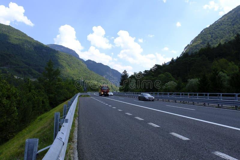 Μια εθνική οδός στην Ιταλία, άνεμος διαδρομή βουνών στις Άλπεις, Ιταλία στοκ φωτογραφίες