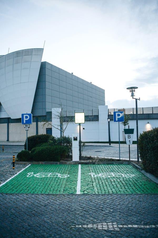 Μια ειδική θέση για τη χρέωση των ηλεκτρικών αυτοκινήτων ή των οχημάτων στη Λισσαβώνα στην Πορτογαλία Ένας σύγχρονος και φιλικός  στοκ εικόνες