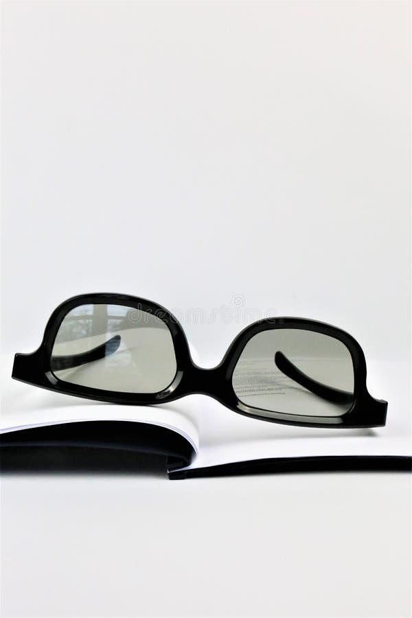 Μια εικόνα έννοιας ενός εγγράφου με γυαλιά στοκ φωτογραφία