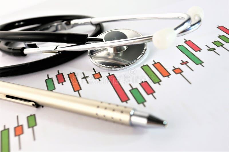 Μια εικόνα έννοιας μιας ιατρικής περιοχής αποκομμάτων με τα διαφορετικά διαγράμματα και το σενάριο στοκ φωτογραφία
