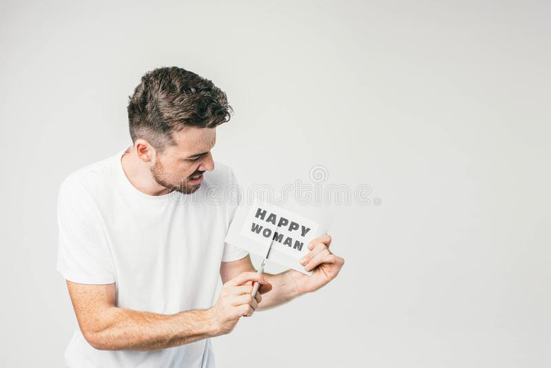 Μια εικόνα ενός νεαρού άνδρα χωρίς γυαλιά που με μια ευτυχή γυναίκα inscripition και κόβοντας το με το ψαλίδι στοκ φωτογραφία με δικαίωμα ελεύθερης χρήσης
