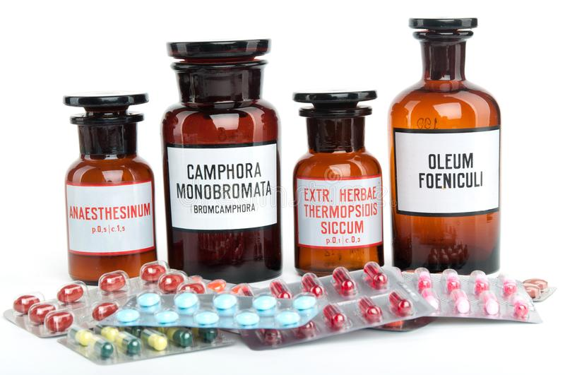 Μια εικόνα των ιατρικών μπουκαλιών και των χαπιών στοκ εικόνα