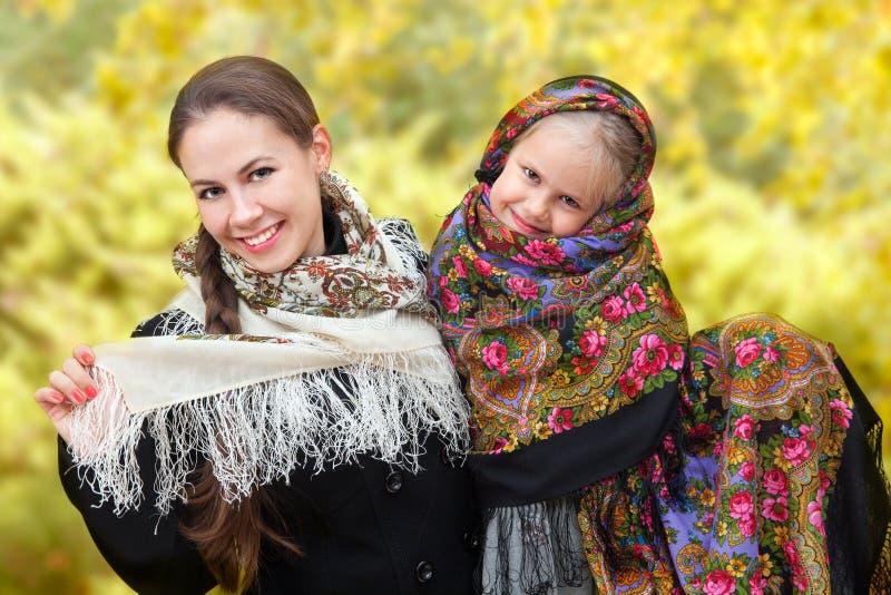 Μια ενήλικη μητέρα με την κόρη της στα ρωσικά μαντίλι για το κεφάλι στοκ εικόνες με δικαίωμα ελεύθερης χρήσης