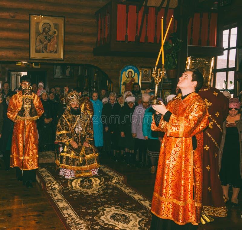 Μια εορταστική λειτουργία σε μια Ορθόδοξη Εκκλησία με τη συμμετοχή του Αρχιεπισκόπου στοκ φωτογραφίες