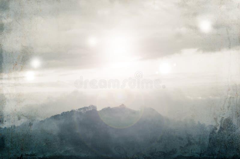 Μια επιστημονική φαντασία, υπερφυσική έννοια Από έναν λόφο μια ομιχλώδη χειμερινή ημέρα με τα φω'τα που καίγονται στον ουρανό Με  στοκ φωτογραφία με δικαίωμα ελεύθερης χρήσης