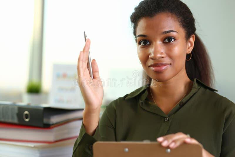 Μια επιχειρηματίας κρατά ένα χέρι επάνω με μια μάνδρα στοκ φωτογραφία