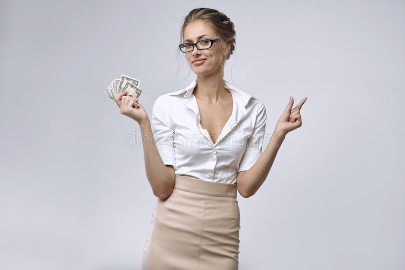 Μια επιχειρησιακή κυρία κρατά λίγα χρήματα σε την δεξιά και το αριστερό χέρι της δείχνει ότι υπάρχουν πολύ λίγα χρήματα στοκ εικόνες με δικαίωμα ελεύθερης χρήσης