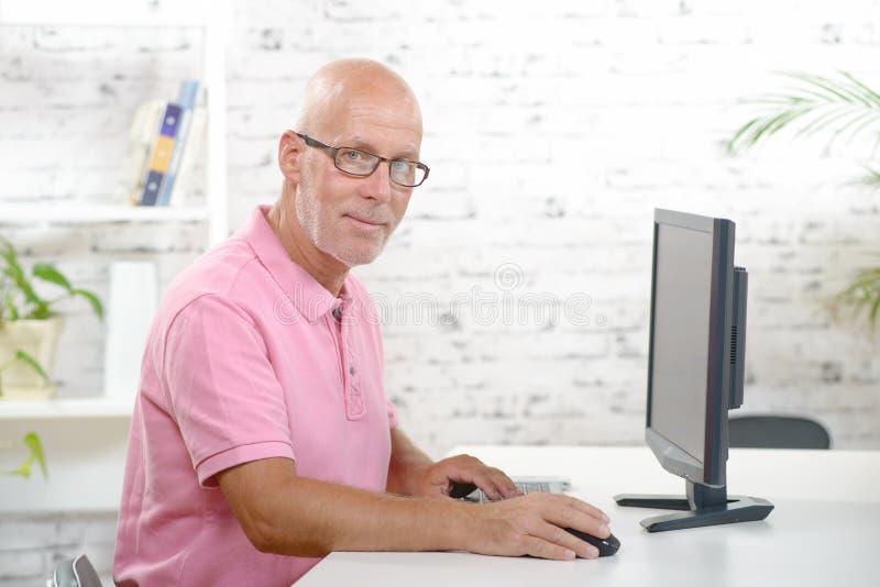 Μια εργασία επιχειρηματιών στο γραφείο του στοκ φωτογραφία με δικαίωμα ελεύθερης χρήσης