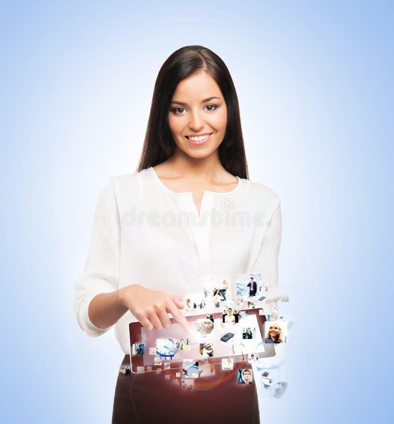 Μια ευτυχής επιχειρηματίας με ένα PC ταμπλετών στοκ φωτογραφίες