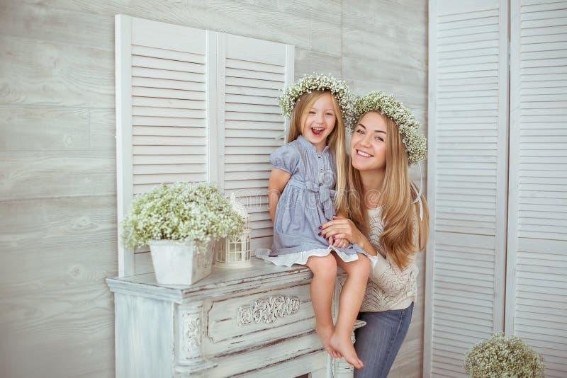 Μια ευτυχής μητέρα και η κόρη της είναι συγκινημένες στοκ εικόνα