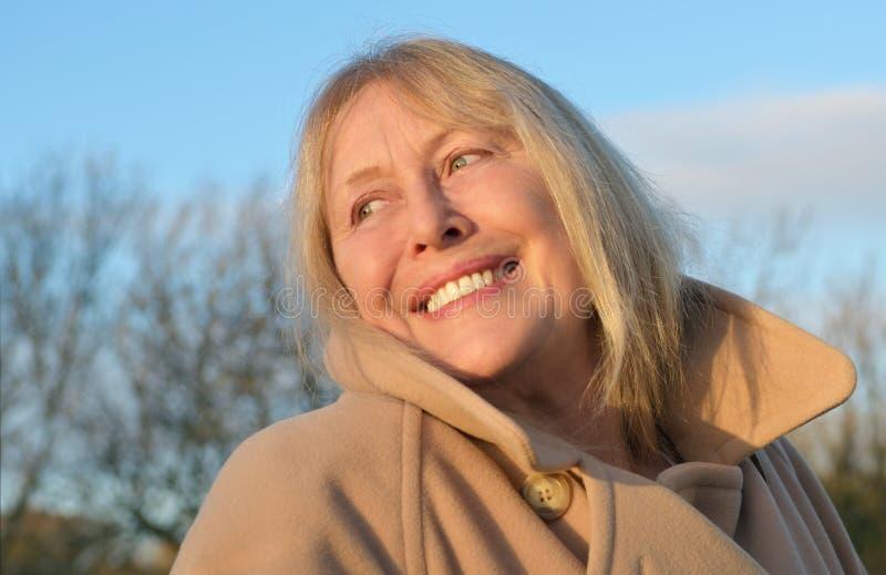 Μια ευτυχής χαμογελώντας πιό γηραιή κυρία στοκ εικόνες