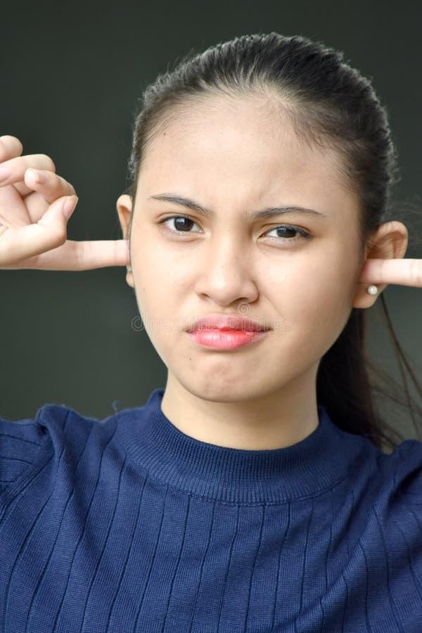 Μια εφηβική θηλυκή ακρόαση στοκ εικόνα
