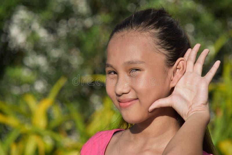 Μια εφηβική θηλυκή ακρόαση στοκ φωτογραφίες
