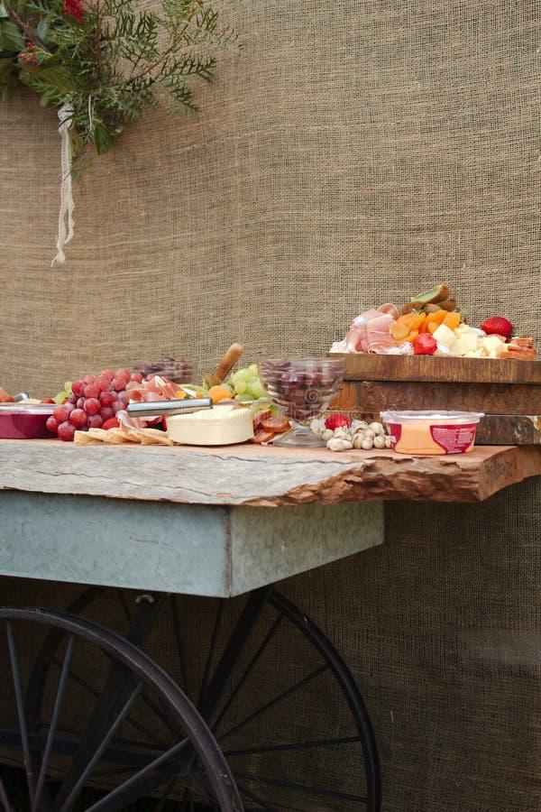 Μια εύγευστη πιατέλα τροφίμων των φρούτων, καρύδια, Chesse, εμβυθίσεις, κρέας Deli στοκ εικόνες