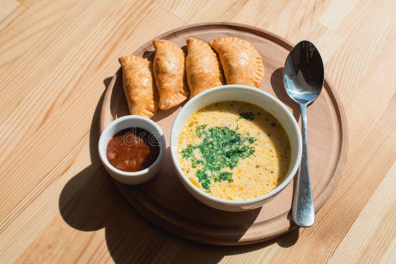 Μια εύγευστη σούπα κρέμας κοτόπουλου από τον αρχιμάγειρα στοκ εικόνα