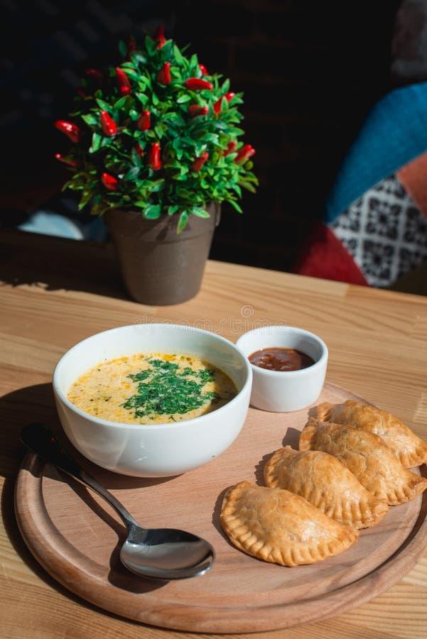 Μια εύγευστη σούπα κρέμας κοτόπουλου από τον αρχιμάγειρα στοκ φωτογραφίες