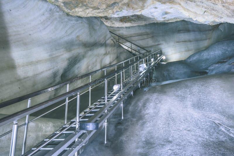 Μια ζωηρόχρωμη άποψη της σπηλιάς πάγου στον παγετώνα στη Σλοβακία vint στοκ εικόνα με δικαίωμα ελεύθερης χρήσης