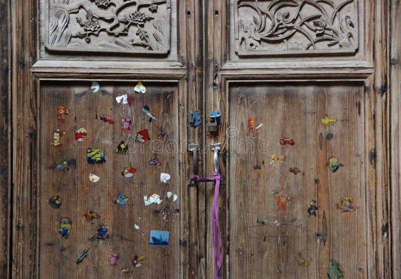 Μια ζωηρόχρωμη πόρτα, τα παλαιά παραδοσιακά ξύλινα κινέζικα στοκ εικόνες με δικαίωμα ελεύθερης χρήσης