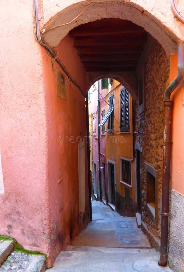 Μια ζωηρόχρωμη στενή οδός στην πόλη παραλιών Tellaro στη Λιγυρία Ιταλία στο Κόλπο του Λα Spezia στη Μεσόγειο στοκ φωτογραφία