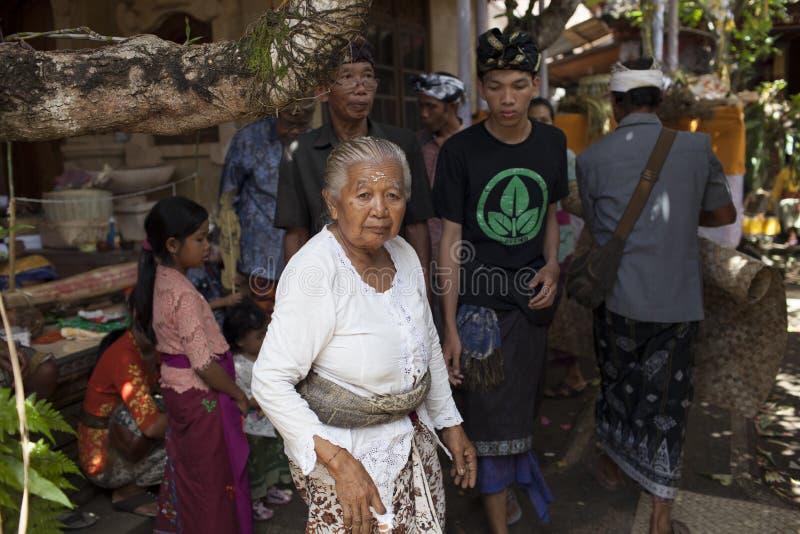 Μια ηλικιωμένη κυρία στο μέτωπο και άλλοι άνθρωποι στον παραδοσιακό από το Μπαλί ιματισμό στην τελετή cremation, νησί του Μπαλί,  στοκ φωτογραφία με δικαίωμα ελεύθερης χρήσης