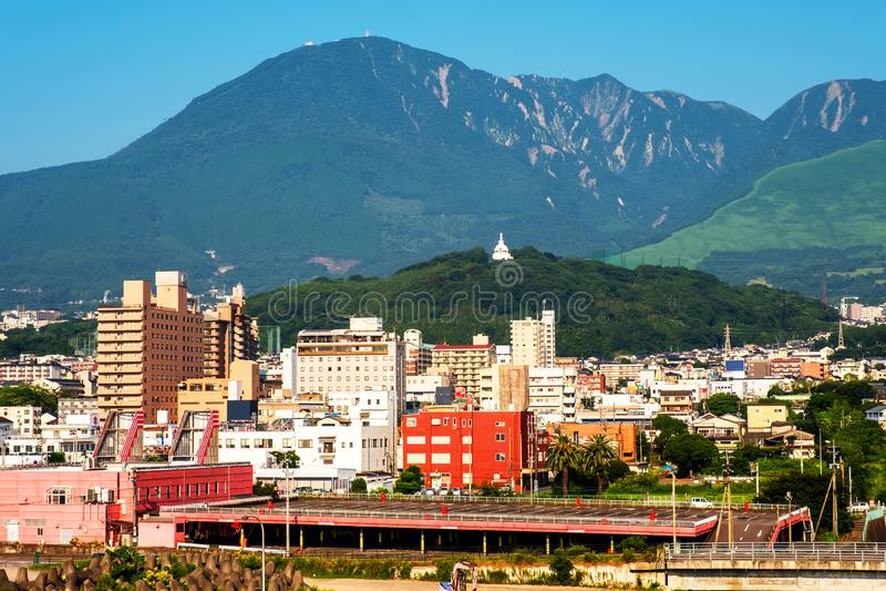 Μια ηλιόλουστη ημέρα σε μια παραθεριστική πόλη Beppu, Ιαπωνία, με μια άποψη των βουνών που αγκαλιάζει την πόλη στοκ εικόνα με δικαίωμα ελεύθερης χρήσης