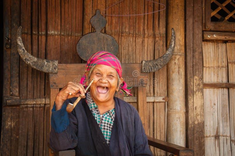 Download Μια ηλικιωμένη γυναίκα στο εθνικό χωριό ομάδας Wa Εκδοτική Εικόνες - εικόνα από ding, παλαιός: 62715341