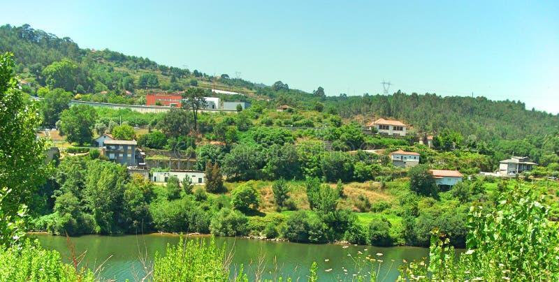 Μια θέα στην άλλη πλευρά του μεγάλου ποταμού στο βόρειο τμήμα της Πορτογαλίας στοκ εικόνα