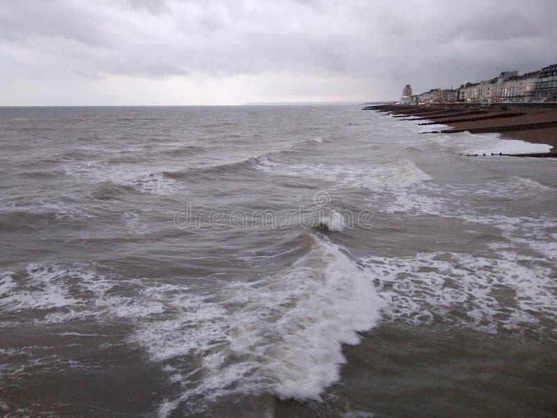 Μια θαλασσοταραχή που αντιμετωπίζεται από την αποβάθρα Hastings στοκ εικόνα