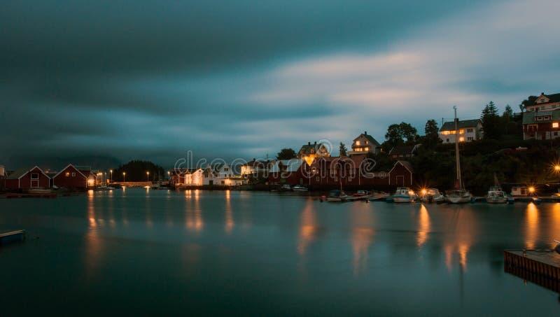 Μια θαυμάσια νύχτα που πυροβολείται μιας πόλης και ενός λιμανιού στη Νορβηγία όμορφο τοπίο και φως με το ηλιοβασίλεμα στοκ εικόνα