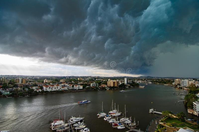 Μια θύελλα πλησιάζει το κέντρο της πόλης του Μπρίσμπαν, ένα κανονικό περιστατικό το καλοκαίρι στοκ εικόνα