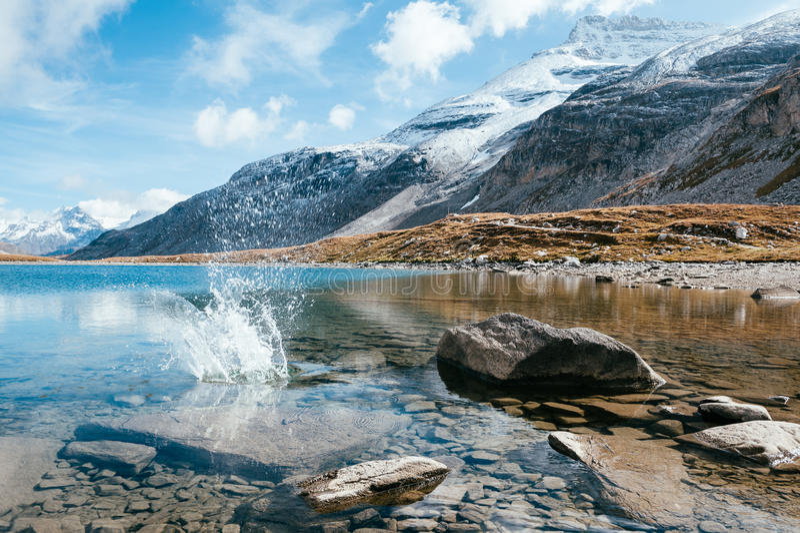Μια διαφανής λίμνη βουνών με τις πέτρες και spatter στοκ φωτογραφίες με δικαίωμα ελεύθερης χρήσης