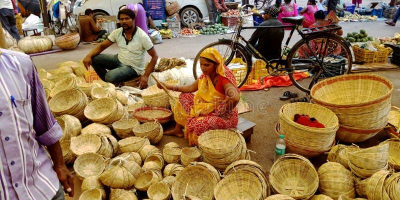 Μια Ινδή χωριάτισσα πουλά ξύλινο καλάθι στο δρόμο στοκ φωτογραφία με δικαίωμα ελεύθερης χρήσης