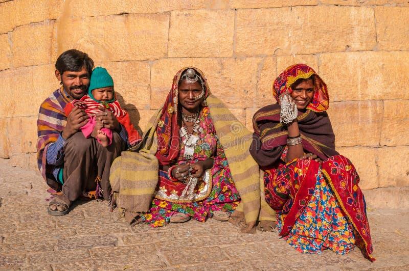 Μια ινδική οικογένεια στα ζωηρόχρωμα saris στοκ φωτογραφία με δικαίωμα ελεύθερης χρήσης