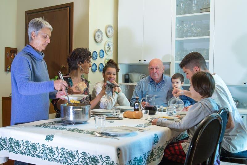 Μια ιταλική οικογένεια έχει το μεσημεριανό γεύμα με τα ζυμαρικά στοκ εικόνες