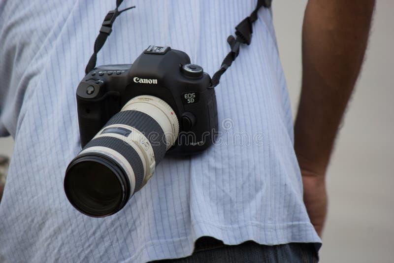 Μια κάμερα dslr με το φακό telephoto συνημμένο στοκ εικόνα με δικαίωμα ελεύθερης χρήσης