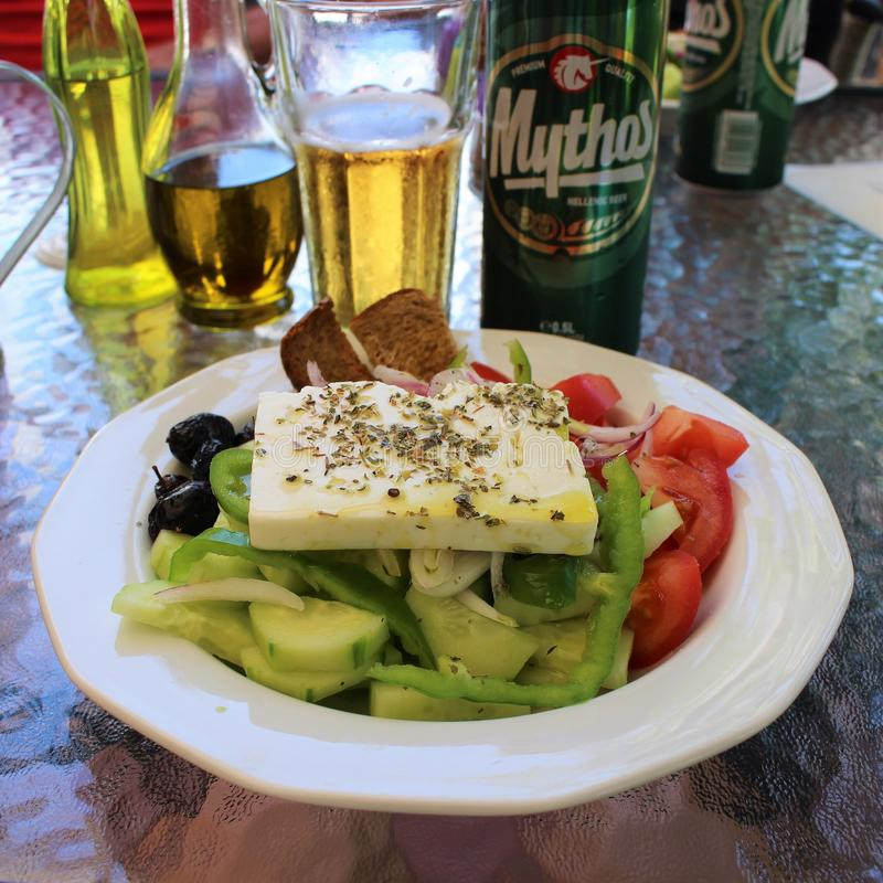 Μια καλή ελληνική σαλάτα για το μεσημεριανό γεύμα στοκ εικόνες