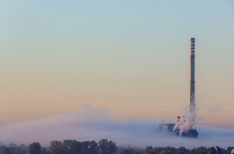 Μια καπνοδόχος στην ομίχλη στοκ φωτογραφία με δικαίωμα ελεύθερης χρήσης