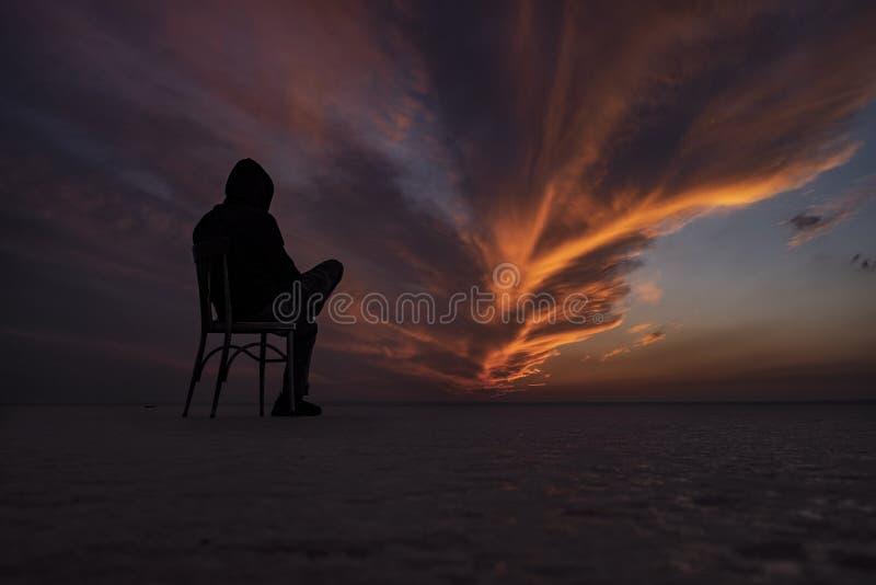Μια καρέκλα και ένα άτομο στην αλατισμένη λίμνη στοκ φωτογραφίες