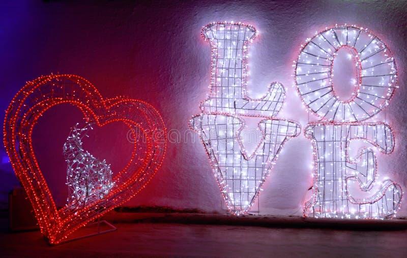 Μια καρδιά και ένα μεγάλο κείμενο αγάπης στοκ εικόνες