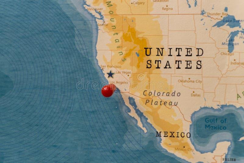 Μια καρφίτσα στο Λος Άντζελες και τις Ηνωμένες Πολιτείες στον παγκόσμιο χάρτη στοκ φωτογραφίες