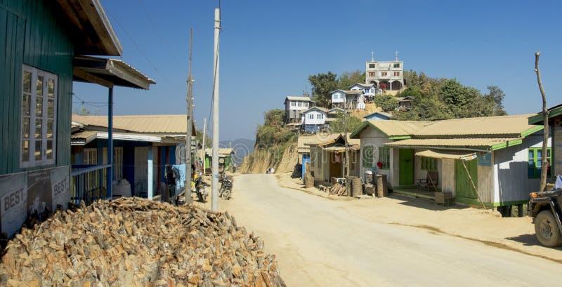 Μια κατάσταση χωριού όπου βρίσκεται προσαρμοσμένη λοφώδης περιοχή κοντά στο δρόμο και την εκκλησία ήταν στην κορυφή του λόφου στη στοκ φωτογραφία