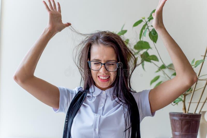 Μια καταθλιπτική επιχειρηματίας κάτω από την πίεση στην εργασία στοκ εικόνα με δικαίωμα ελεύθερης χρήσης