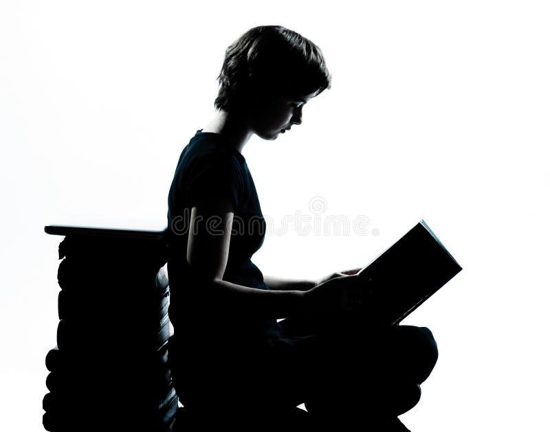 Μια καυκάσια νέα ανάγνωση κοριτσιών σκιαγραφιών εφήβων στοκ εικόνα με δικαίωμα ελεύθερης χρήσης